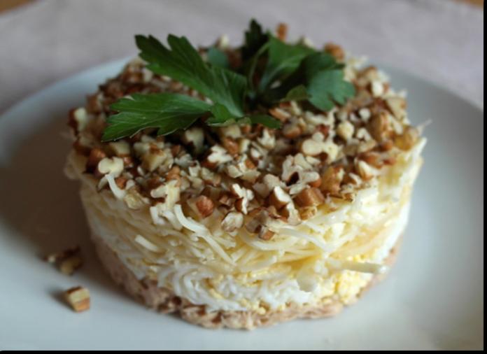Салат с грецкими орехами и курицей и сыром рецепт